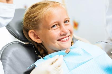 Kind im Behandlungsstuhl